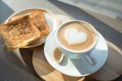 Cappuccino, latte misturado com o mel e posto lhe sobre o brinde Imagens de Stock Royalty Free