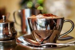 Cappuccino med Chritmas Bokeh Arkivfoto