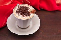 Cappuccino med den kanelbruna pinnen Arkivfoto