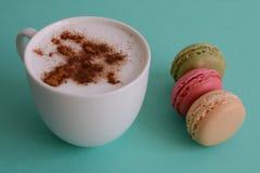 Cappuccino med franska macarons Arkivbilder