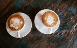 Cappuccino med några målningar på överkanten Arkivfoto