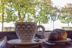cappuccino met croissant in een Italiaanse koffie bij meer maggiore ci royalty-vrije stock fotografie