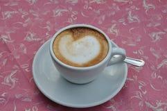 Cappuccino met hart in melk stock foto