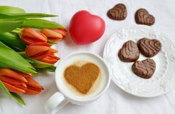 Cappuccino met hartpatroon van kaneel en bloemensamenstelling Royalty-vrije Stock Afbeelding