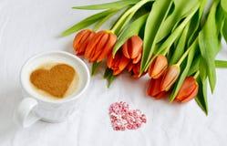 Cappuccino met hartpatroon van kaneel en bloemensamenstelling Royalty-vrije Stock Fotografie