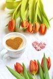 Cappuccino met hartpatroon van kaneel en bloemensamenstelling Stock Afbeelding