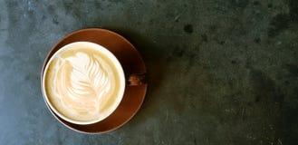 Cappuccino met koffiekunst op zwarte achtergrond stock afbeeldingen