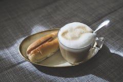 Cappuccino mit Blasenmilch und thailändischer Art des Stangenbrots Stockbilder