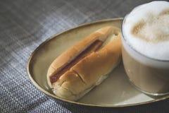 Cappuccino mit Blasenmilch und thailändischer Art des Stangenbrots Lizenzfreies Stockfoto