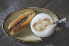 Cappuccino mit Blasenmilch und thailändischer Art des Stangenbrots Stockbild