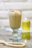 Cappuccino mit hohem Glas der Schokolade Stockfotografie