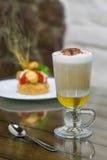 Cappuccino mit hohem Glas der Schokolade Stockbilder