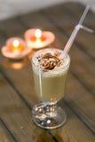 Cappuccino mit hohem Glas der Schokolade Stockbild
