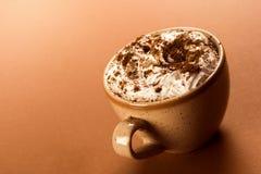 Cappuccino mit Schlagsahne Stockfotografie