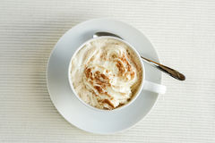 Cappuccino n a la taza blanca, tiro de arriba fotos de archivo