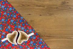 Cappuccino na deseniowego kwiatu sukiennej pielusze na pustym drewnianym backgr Obraz Stock