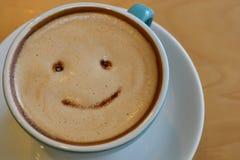 Cappuccino na drewnianym stołowym brown kolorze Zdjęcia Stock
