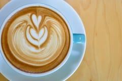 Cappuccino na drewnianym stołowym brown kolorze Zdjęcia Royalty Free
