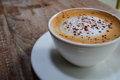 Cappuccino na drewnianym stole Obrazy Stock