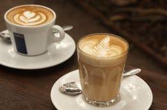 Cappuccino no ajuste do café Fotografia de Stock Royalty Free