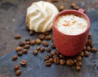 Cappuccino- och chokladmarshmallower Arkivfoton