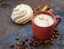 Cappuccino- och chokladmarshmallower Arkivbilder