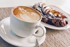 Cappuccino och kaka Royaltyfri Foto