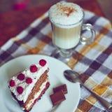 Cappuccino och tårta Arkivfoto