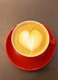 Cappuccino- oder Lattekaffee mit Herzform Stockfotos
