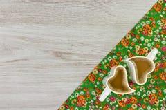 Cappuccino op de doekservet van de patroonbloem op lege houten backgr Stock Fotografie