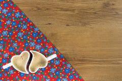 Cappuccino op de doekservet van de patroonbloem op lege houten backgr Stock Afbeelding