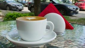 Cappuccino op een glaslijst stock video