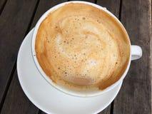 Cappuccino op een houten lijst Stock Foto