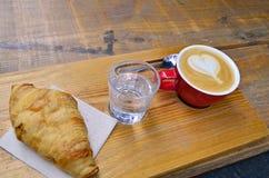 Cappuccino ou caf? de latte avec le coeur photographie stock