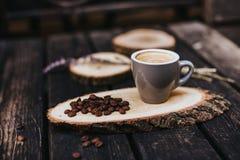 Cappuccino ou latte avec la mousse écumeuse Cuvette de café blanc Café et barre, concept d'art de barman Café avec du lait images stock