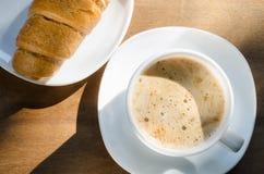 Cappuccino ou latte et croissant de café Photo stock