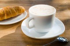 Cappuccino ou latte et croissant de café Photo libre de droits