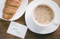 Cappuccino ou latte et croissant de café Photos stock