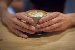 Cappuccino på en trätabell Arkivbild