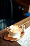 Cappuccino på en trätabell Royaltyfri Fotografi