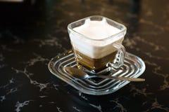 Cappuccino på tabellen Royaltyfria Bilder