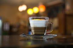 Cappuccino på tabellen Royaltyfri Foto