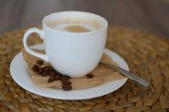 Cappuccino på träplattan Arkivbild