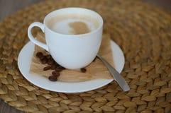 Cappuccino på träplattan Fotografering för Bildbyråer