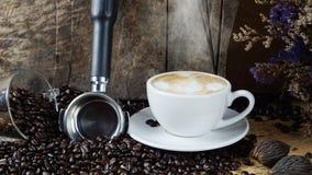 Cappuccino quente com leite fluído imagens de stock