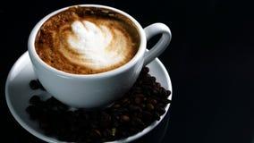 Cappuccino quente com leite fluído fotografia de stock