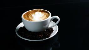 Cappuccino quente com leite fluído imagem de stock royalty free