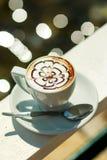 Cappuccino quente do café no copo branco Café da manhã copo branco do café quente do latte com folha, teste padrão de flor, arte  Imagens de Stock Royalty Free