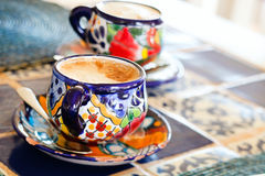 Cappuccino's die in kleurrijke koppen worden gediend Stock Afbeelding