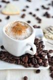 Cappuccino's in een witte kop Royalty-vrije Stock Afbeeldingen
